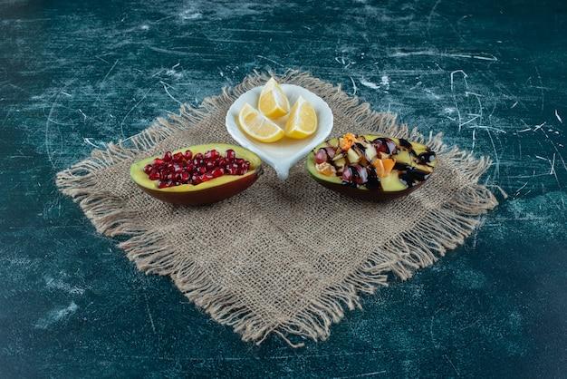 Plaat van citroenen en fruitsalades op jute.