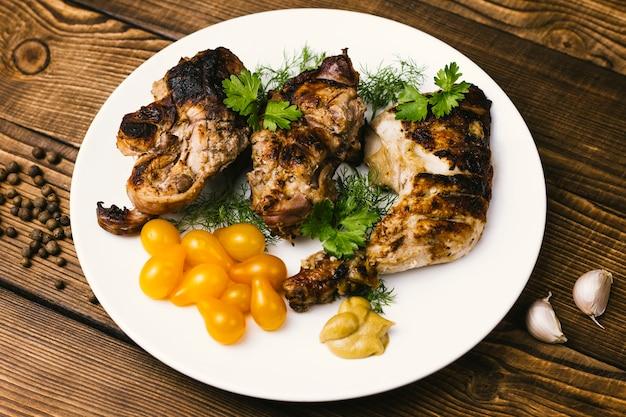 Plaat van gegrild vlees en tomaten