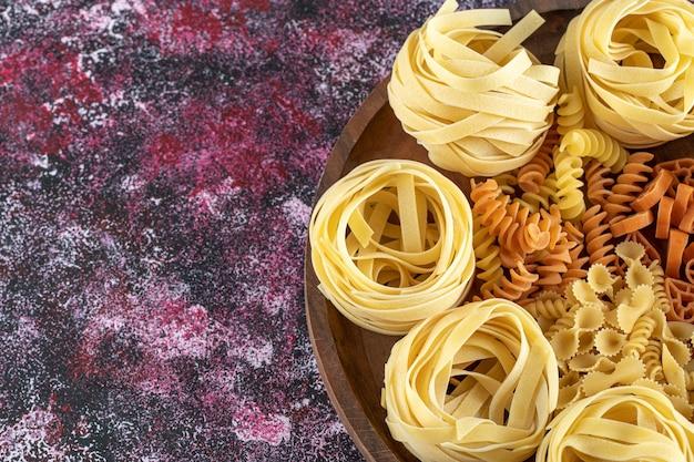 Plaat van gemengde macaroni.