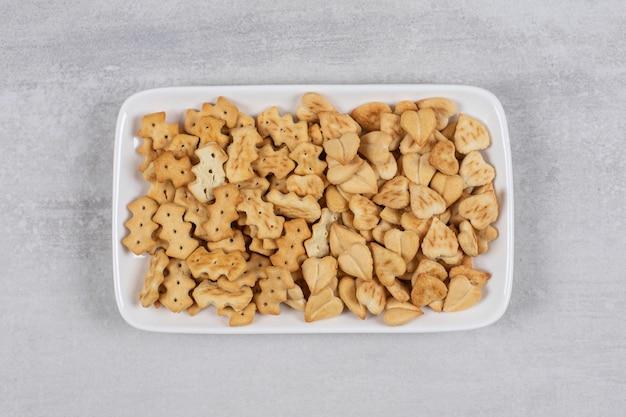 Plaat van gezouten crackers op steen.