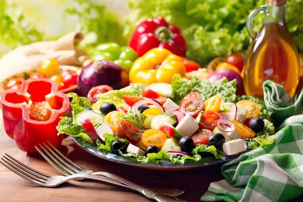 Plaat van griekse salade op houten tafel