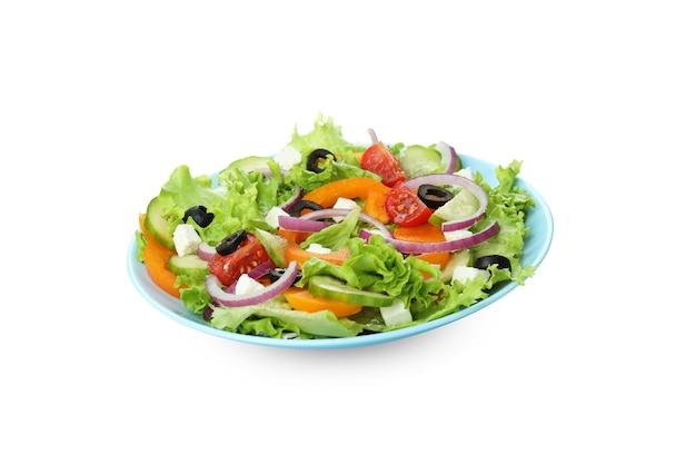 Plaat van griekse salade op wit wordt geïsoleerd