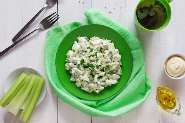 Plaat van groene selderiesalade met vulling en olijfolie