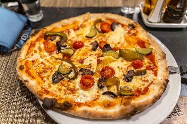 Plaat van heerlijke italiaanse plantaardige kaaspizza