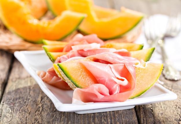 Plaat van kantaloepmeloen met prosciutto