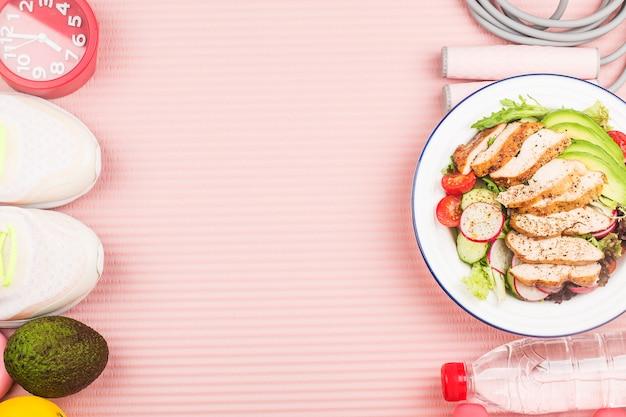 Plaat van kipfilet salade met ingrediënten en springtouw