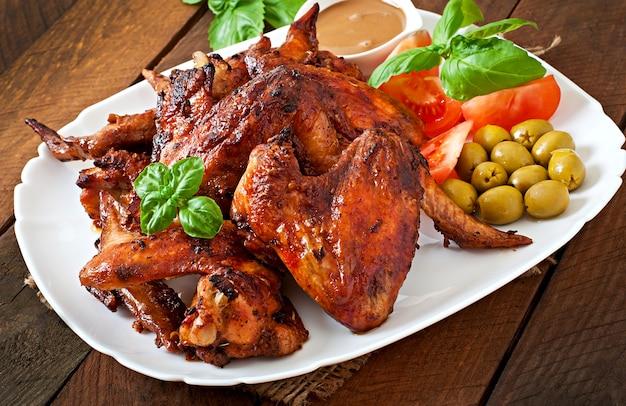 Plaat van kippenvleugels op houten tafel