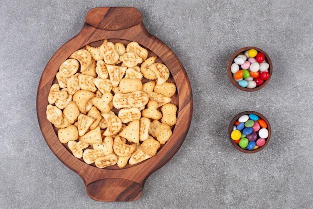Plaat van koekjes en suikergoed in houten kommen