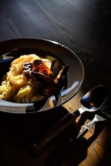 Plaat van linguine pasta met verse oesterzwam roomsaus.