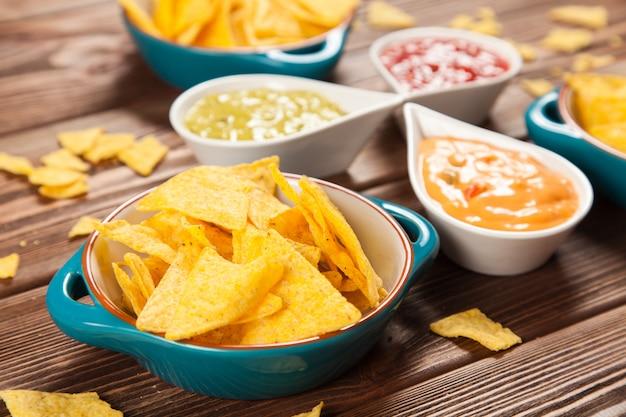 Plaat van nacho's met verschillende dips