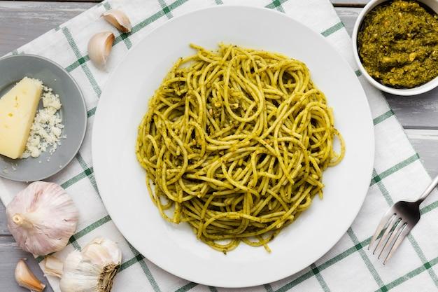Plaat van pasta met knoflook en kaas