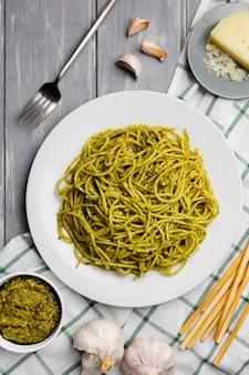 Plaat van pasta met soepstengels en saus