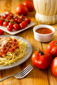 Plaat van pasta met vork op houten tafel