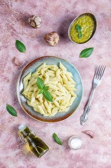 Plaat van pasta met zelfgemaakte pestosaus.