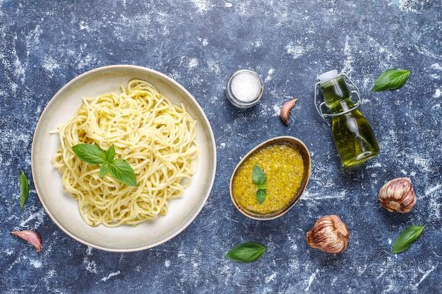 Plaat van pasta met zelfgemaakte pestosaus. Gratis Foto