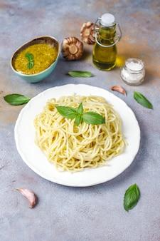 Plaat van pasta met zelfgemaakte pestosaus