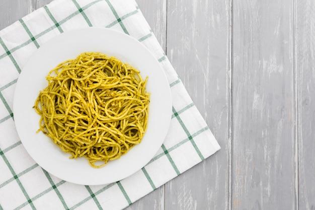 Plaat van pasta op tafellaken