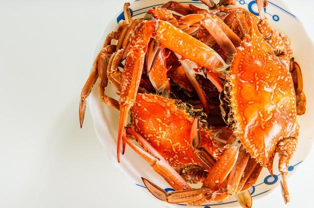 Plaat van rode gekookte krabben