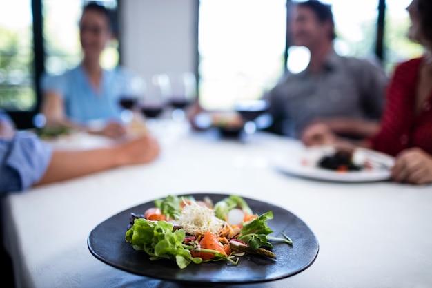 Plaat van salade op de restaurantlijst