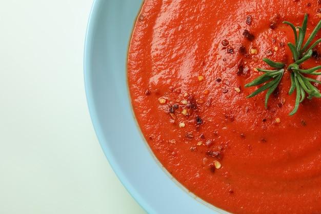 Plaat van smakelijke gazpacho-soep, close-up