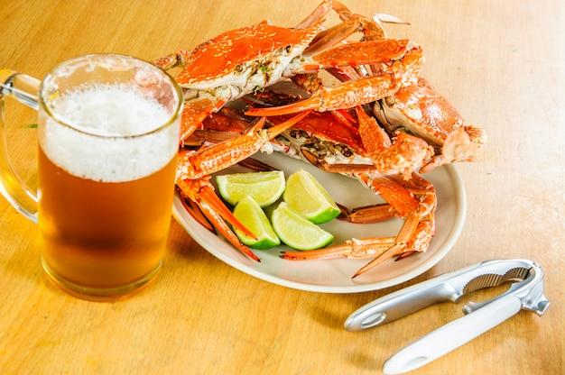 Plaat van smakelijke gekookte grote krabben.