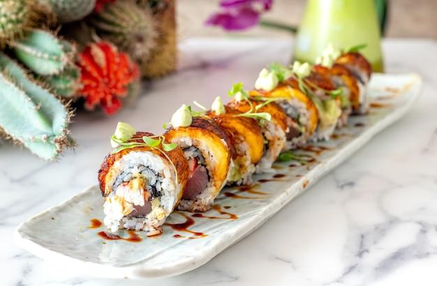 Plaat van smakelijke krab en zalm sushi rolt
