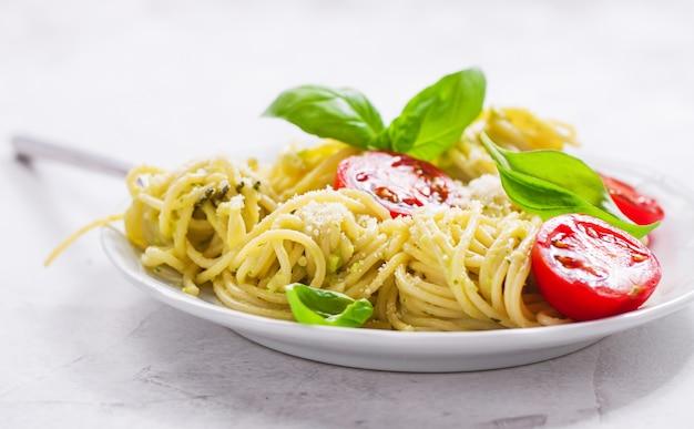 Plaat van spaghetti met tomaten en kaas