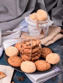 Plaat van sweeties en pot koekjes