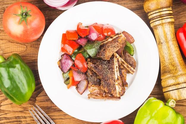 Plaat van vers gebakken rundvleesribben