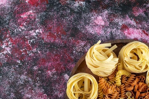 Plaat van verschillende macaroni.
