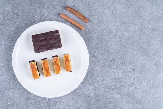 Plaat van verschillende taarten op marmeren oppervlak Gratis Foto