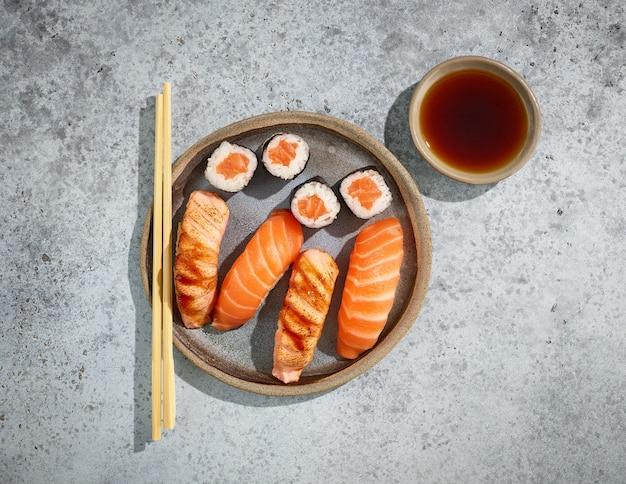 Plaat van zalmsushi op restauranttafel, bovenaanzicht
