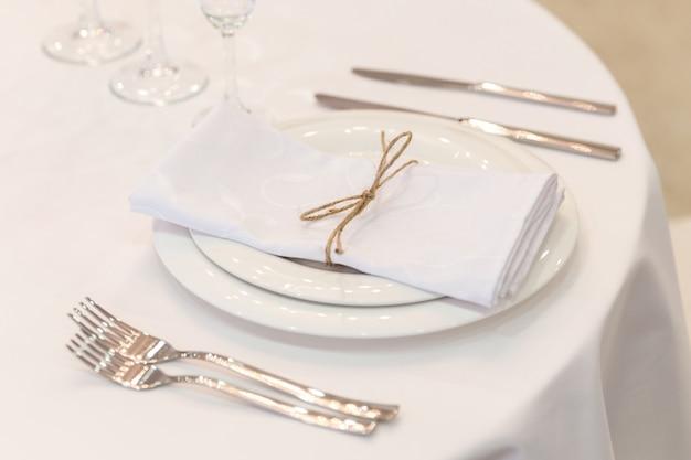 Plaat, vorken, servet en mes in restaurant