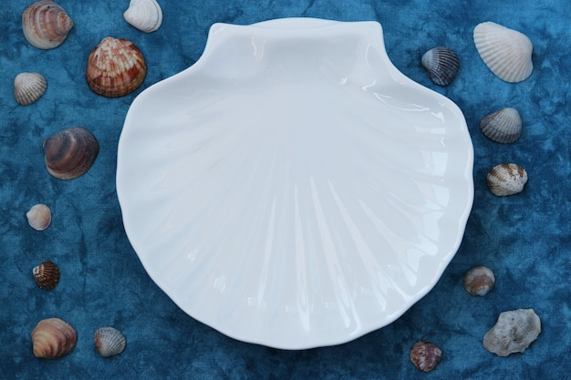 Plaat witte schaal in maritieme stijl op blauw