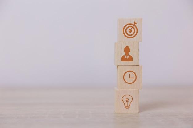 Plaats houten blokken service concept van business tot succes bedrijfsstrategie planning op de markt de overwinning.