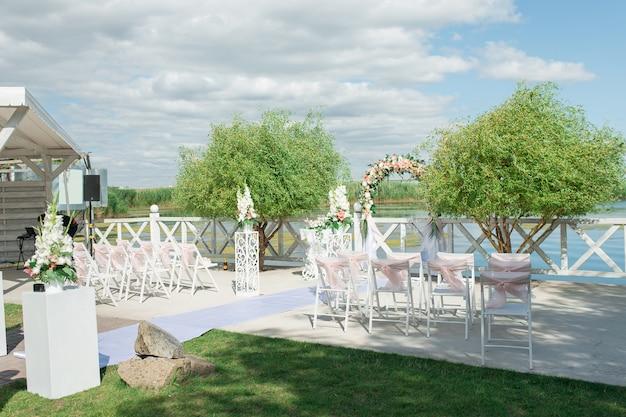 Plaats met decoraties voor de huwelijksceremonie