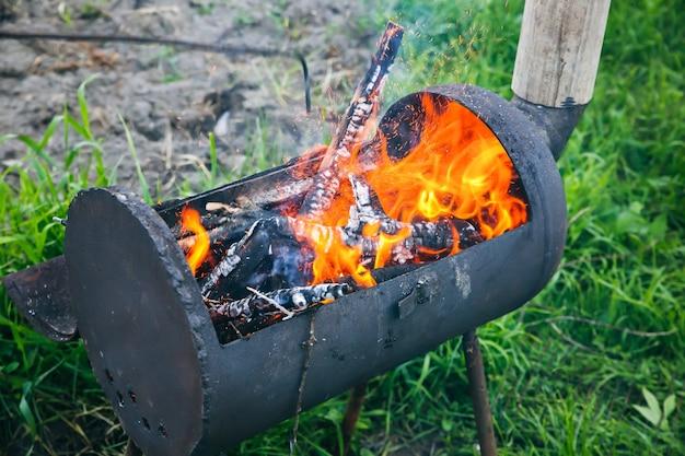 Plaats voor barbecue buiten. vuur met hout. zomertijd voor grill.