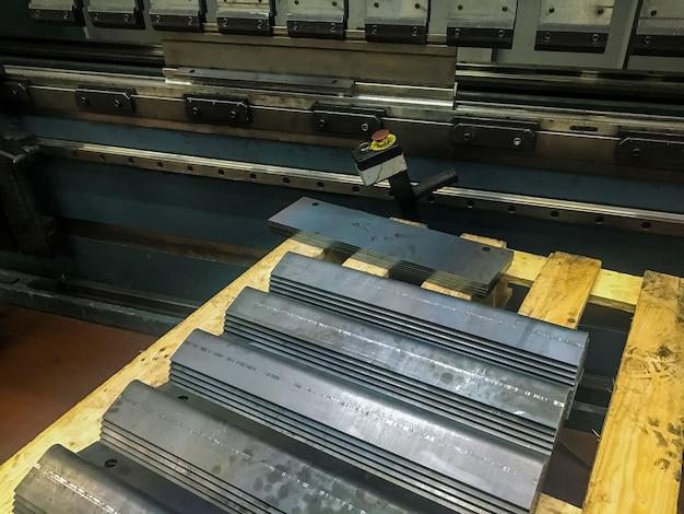 Plaatwerk buigen in de fabriek door mashine te buigen.
