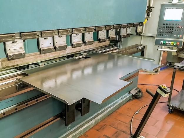 Plaatwerk buigen met een hydraulische buigmachine in de fabriek.