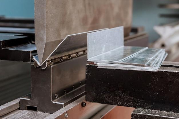 Plaatwerk buigen op een hydraulische machine in de fabriek. detailopname.