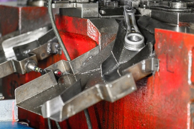 Plaatwerk fabricageproces door hydraulische buigmachine.