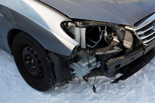 Plaatwerkschade aan blauwe auto. verkeersongeluk