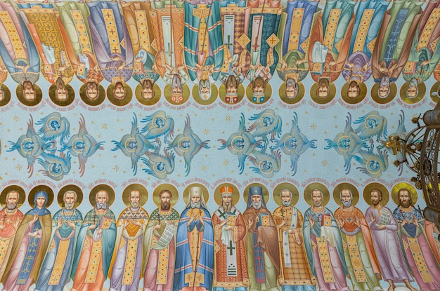 Plafond in de allerheiligenkerk met fresco's van alle heiligen
