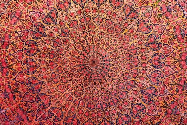 Plafond in de nasir ol-molk-moskee in de iraanse stad shiraz.