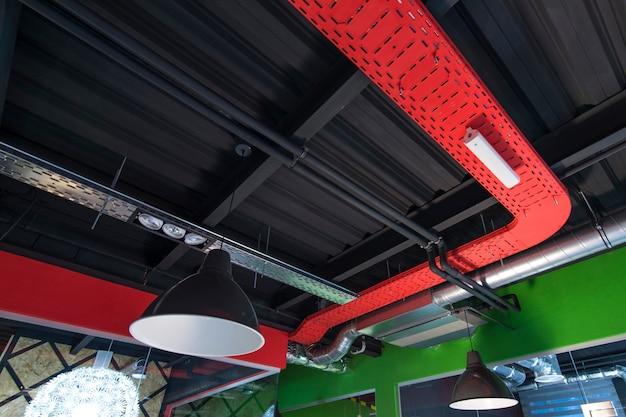 Plafond met ventilatie op kantoor