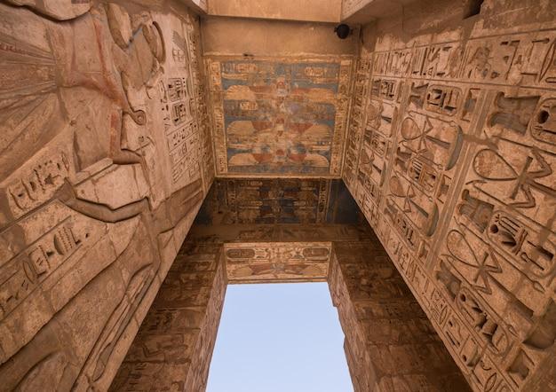 Plafond snijwerk in habu tempel