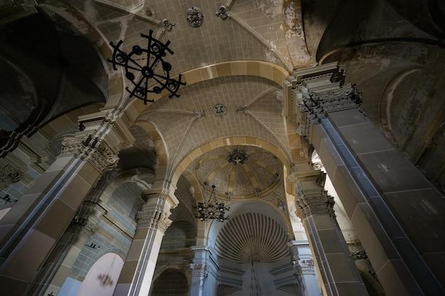 Plafond van een grote verlaten kerk