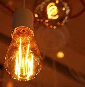Plafondlampen op donkere achtergrond in opslag