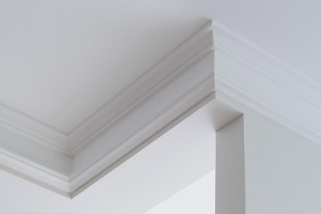Plafondlijsten in het interieur, ingewikkelde hoek