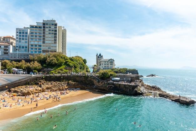 Plage du port vieux in biarritz, zomervakantie in het zuidoosten van frankrijk